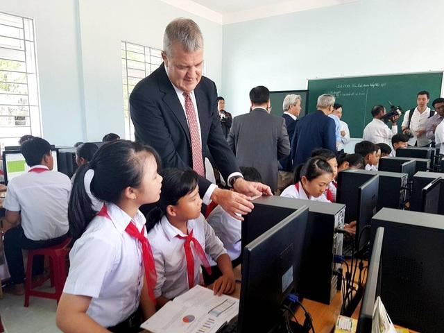 Các em học sinh được hỗ trợ phòng học máy tính