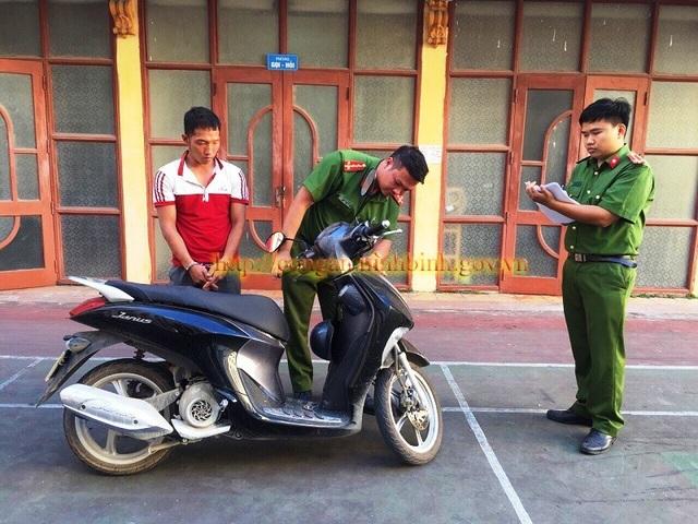 Đối tượng Nguyễn Hữu Cường cùng chiếc xe máy của chị D. bị Công an bắt giữ. (Ảnh: Công an Ninh Bình)