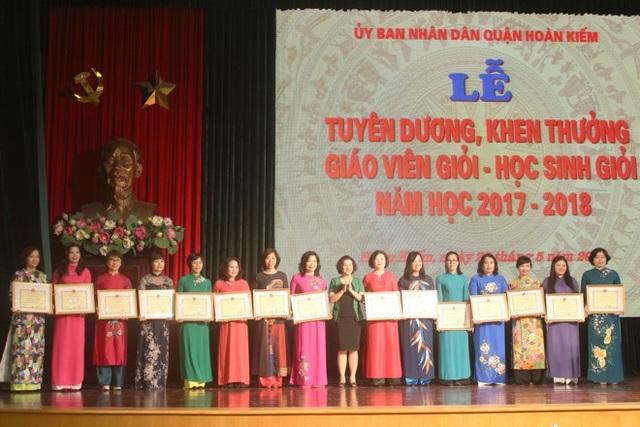 Bà Trần Thu Hà - Chủ tịch Công đoàn Giáo dục quận Hoàn Kiếm trao bằng khen cho tập thể trường đạt thành tích xuất sắc.