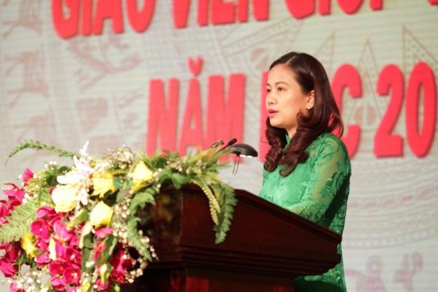 Bà Vương Hương Giang - Trưởng phòng Giáo dục và Đào tạo quận Hoàn Kiếm báo cáo thành tích đã đạt được trong năm học 2017-2018 tại buổi lễ.