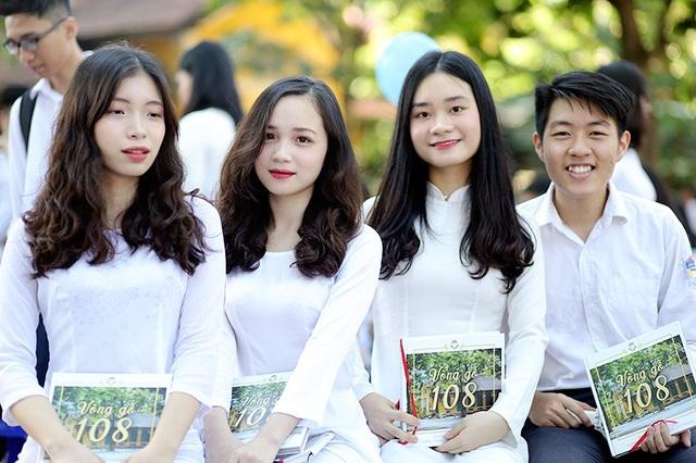 Trong lễ bế giảng năm học 2017-2018, dường như nét đẹp của các nữ sinh trường Bưởi càng được tôn vinh bởi trang phục áo dài trắng tinh khôi
