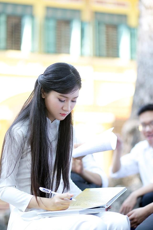 Viết vội những dòng lưu bút, ghi lại kỉ niệm suốt 3 năm được khoác lên mình màu áo của THPT Chu Văn An.