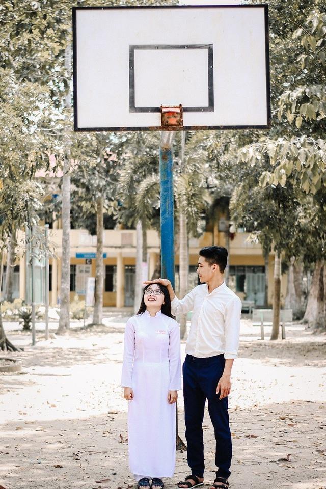 Hậu đã nhờ hai bạn học sinh Đức Anh và Trúc Linh vào vai hai cô cậu học trò để tái hiện tại câu chuyện tình yêu trong trẻo, đẹp đẽ thay lời muốn nói.