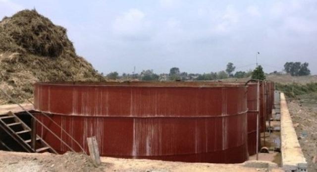 Bể ngâm ủ và đường ống của công ty nằm sát bờ sông Mã.