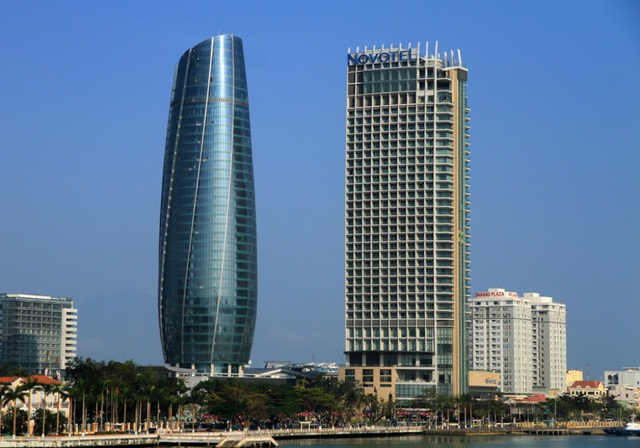 Tòa nhà Trung tâm hành chính Đà Nẵng (bên trái)
