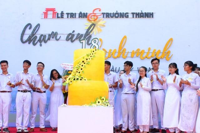 Học sinh khối lớp 12 THPT Phan Châu Trinh, tri ân thầy cô, cha mẹ trong ngày trưởng thành