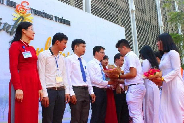 Học sinh tặng hoa tri ân thầy cô giáo