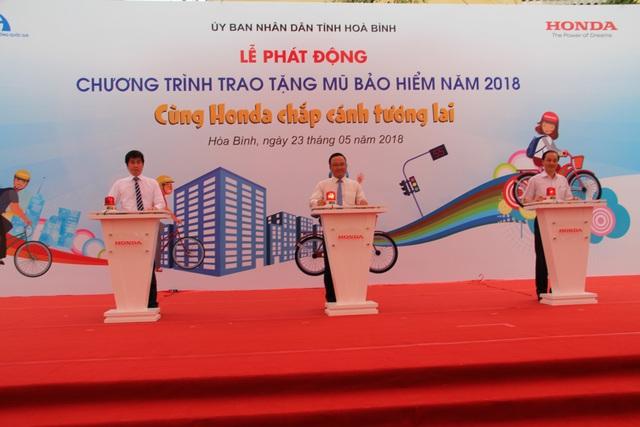 Lãnh đạo Ủy ban An toàn giao thông Quốc gia, UBND tỉnh Hòa Bình, Công ty Honda Việt Nam bấm nút phát động chương trình trao tặng mũ bảo hiểm năm 2018