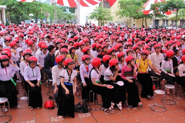 Công ty Honda Việt Nam cũng đã trao tặng 2.000 mũ bảo hiểm cho học sinh Trường THPT Dân tộc nội trú Hòa Bình và THPT Công nghiệp Hòa Bình