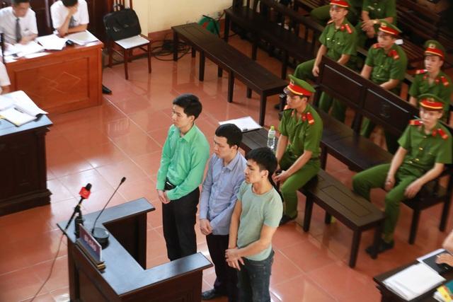 Các bị cáo tại phiên xét xử sáng nay.