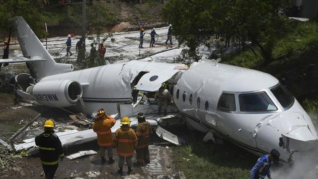 Máy bay Mỹ bị gẫy làm đôi. (Ảnh: RT)