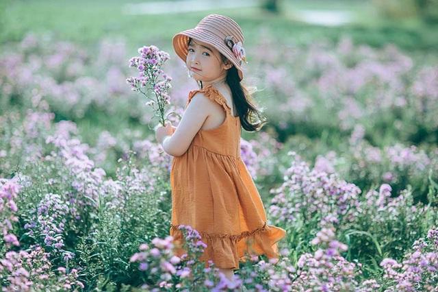 """Nhiếp ảnh gia Kun Mon, người thực hiện bộ ảnh này chia sẻ: """"Bộ ảnh chụp trong vòng một thời gian ngắn, ngay cánh đồng hoa ở thành phố Bắc Giang. Bé trước đây chưa từng trải nghiệm chụp ảnh chuyên nghiệp, mọi biểu cảm đều rất tự nhiên, chân thực""""."""