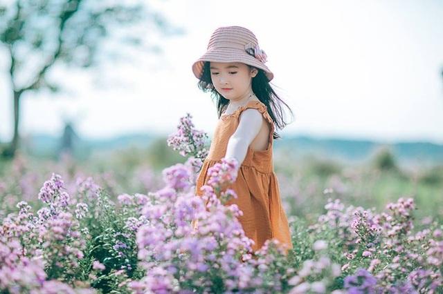 Chị Trang cũng cho rằng ở độ tuổi của bé Minh Châu nên để mọi thứ phát triển tự nhiên, không quá ép buộc con phải đi theo hướng nào cả. Đồng thời chị cũng thường xuyên trò chuyện, lắng nghe để hiểu con hơn. Minh Châu là một cô bé khá độc lập trong cuộc sống, bé ngoan ngoãn và rất nghe lời người lớn.