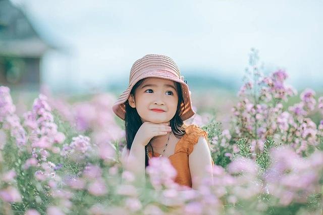 Nhân vật chính của bộ ảnh này chính là bé Nguyễn Minh Châu (5 tuổi, đến từ Bắc Giang). Những bức hình đầy cảm xúc của bé, đôi mắt to, tròn, nụ cười tươi nét hồn nhiên khiến người xem không thể không ngợi khen vì quá đáng yêu.