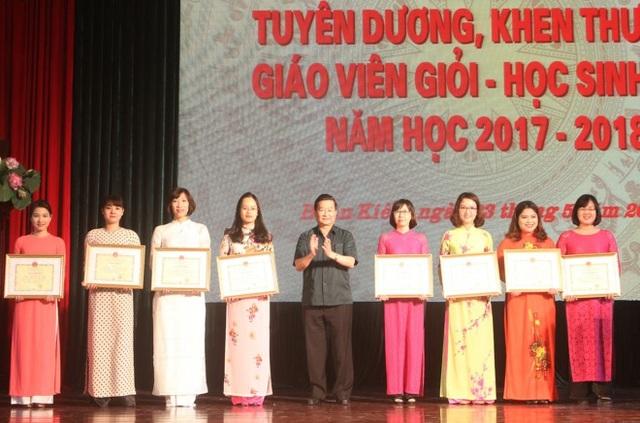 Ông Hoàng Công Khôi - Bí thư Quận ủy quận Hoàn Kiếm trao bằng khen cho giáo viên xuất sắc.