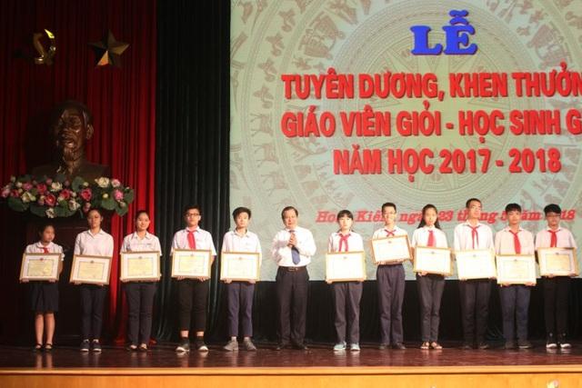 Ông Lê Ngọc Quang - Phó Giám đốc Sở GD-ĐT Hà Nội trao bằng khen cho các học sinh đạt thành tích xuất sắc.