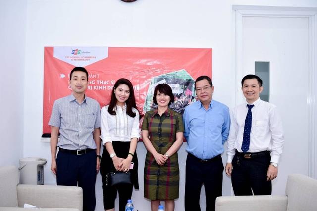 BTV Ngọc Trinh (thứ 2 từ trái sang) chụp ảnh lưu niệm cùng ban giám khảo.