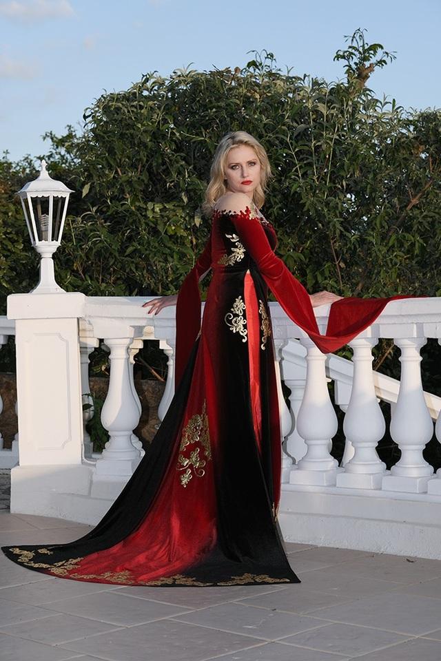 Được biết Monika Ekiert không chỉ là diễn viên nổi tiếng của Ba Lan, cô còn là gương mặt quảng cáo của nhiều hãng mỹ phẩm và thời trang nổi tiếng thế giới. Những chi tiết tinh tế trong thiết kế của Đỗ Trịnh Hoài Nam đã chinh phục được nữ diễn viên.