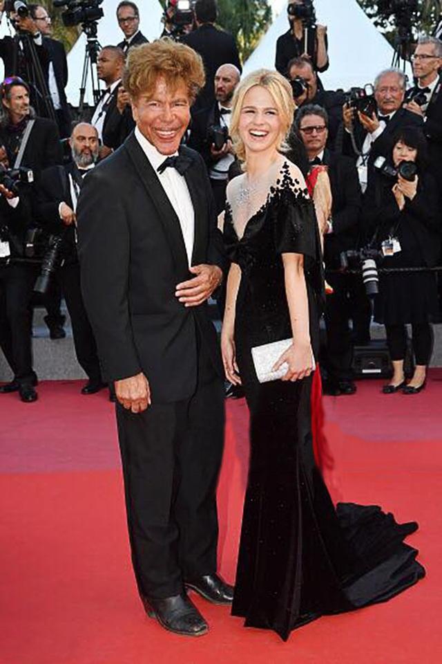 Cặp đôi đũa lệch Igor Bogdanoff và Julie Jardon được chú ý đặc biệt tại Cannes. Nếu chàng là nhà khoa học năm nay 67 tuổi thì nàng mới 24 xuân xanh, là một người mẫu - diễn viên đang lên của Pháp. Với thiết kế đầm đen xòe đuôi, nữ minh tinh Julie Jardon đã phô diễn được trọn vẹn vẻ đẹp hình thể và thần thái đã làm nên tên tuổi của mình. Bằng chất liệu nhung đặc biệt kết hợp cùng kim cương thiên nhiên cao cấp, kỹ thuật thêu đính, cắt may vô cùng tinh xảo, bộ đầm triệu đô la nhận được sự tán thưởng của không ít khách mời và giới truyền thông.