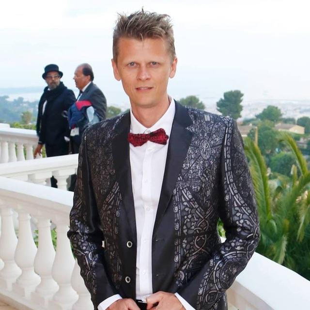 Bộ vest mà nhà quay phim Christophe Busnel mặc tham dự LHP Cannes 2018 cũng do Đỗ Trịnh Hoài Nam thiết kế với cảm hứng từ tranh kính nhà thờ Đức Bà.