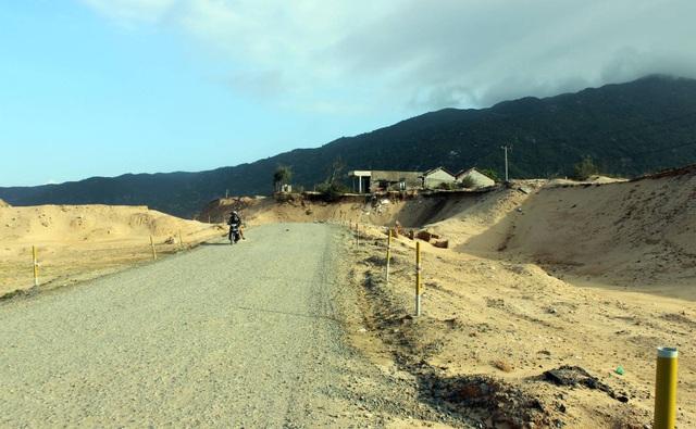 Đường sá bị dự án đào bới gây mất mỹ quan và bụi bặm bay vào nhà dân