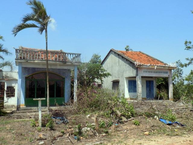 Nhà dân đã xuống cấp trầm trọng nhưng không dám sửa chữa vì họ không biết có bị di dời hay không