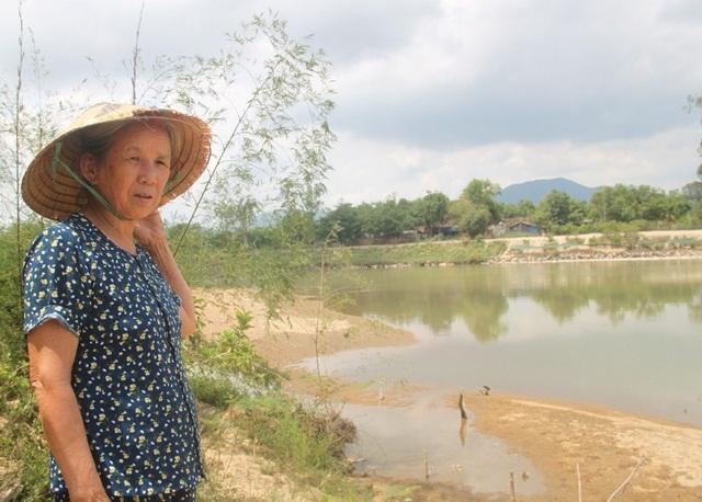 Bà Xuân lo lắng nếu để doanh nghiệp khai thác cát thì chẳng bao lâu nhà của của các hộ dân bị cuốn xuống sông.
