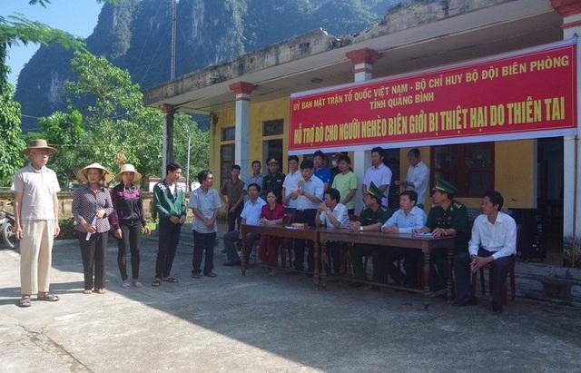 Đại diện lãnh đạo Bộ Chỉ huy BĐBP và Ủy ban MTTQ tỉnh Quảng Bình trao tặng bò giống cho đồng bào biên giới tại xã Thượng Hóa, huyện Minh Hoá.