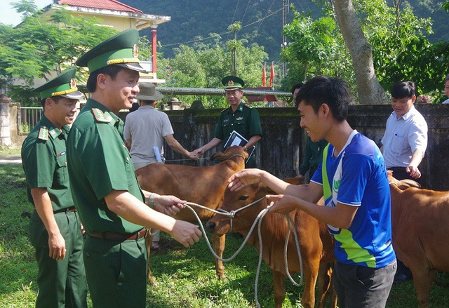 Niềm vui của một hộ dân khi được hỗ trợ bò giống