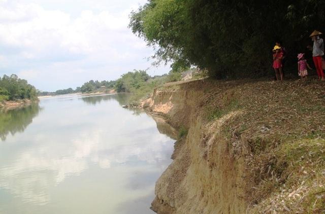 Đoạn bờ sông Kôn qua xóm Gò Cát, phường Nhơn Hòa, thị xã An Nhơn bị sạt lở nghiêm trọng.