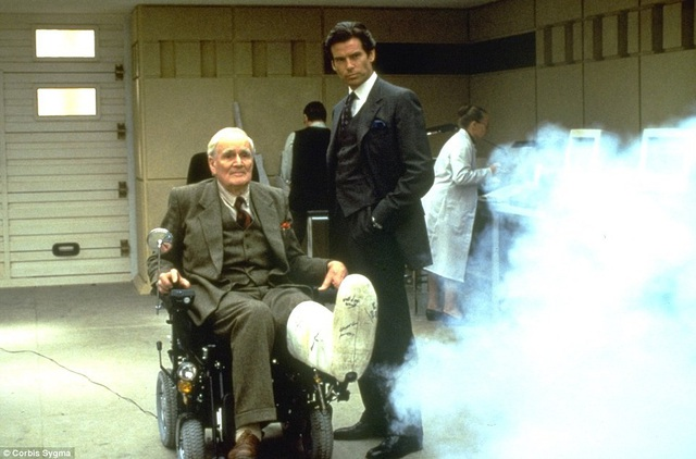 "Pierce Brosnan nhập vai James Bond trong tập phim ""GoldenEye""."