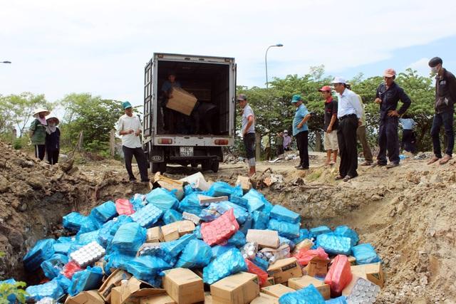Lực lượng chức năng tiến hành đưa toàn bộ 157 xuống hố rác, sau đó cán nát, đốt cháy và chôn lấp