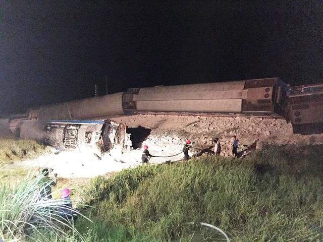 Tại hiện trường, 6 toa tàu bị lật ngổn ngang, hai lái tàu đã tử vong mắc kẹt trong khoang lái, nhiều nạn nhân bị thương cũng chưa thoát ra ngoài.
