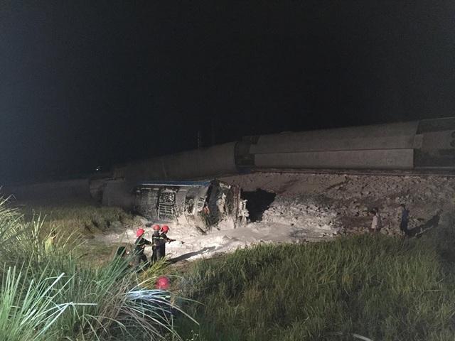 Cảnh sát PCCC trắng đêm cứu hộ vụ lật tàu hỏa - 1