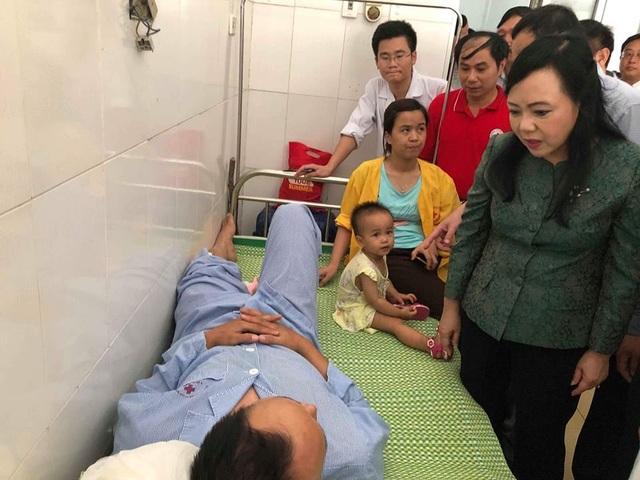 Bộ trưởng thăm hỏi nạn nhân vụ lật tàu đang được điều trị tại BV Tĩnh Gia.
