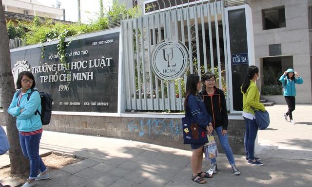 Cổng trường ĐH Luật TPHCM trên đường Nguyễn Tất Thành