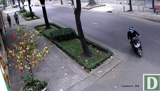 Camera ghi lại cảnh đối tượng giật dây chuyền của nhân viên Tổng lãnh sự Nga - 1