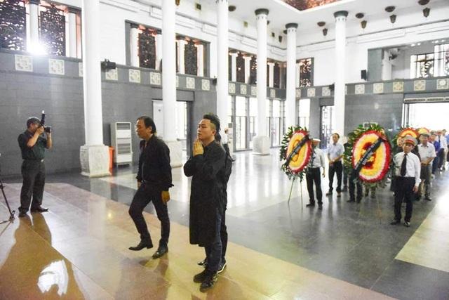 Ca sĩ Tùng Dương đến viếng nhạc sĩ Thế Song.