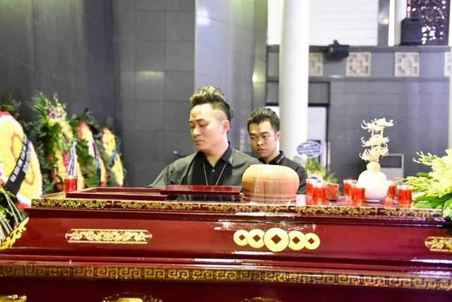 """""""Xin được bày tỏ lòng tiếc thương sâu sắc trước sự ra đi của nhạc sĩ Thế Song. Tôi biết ơn những đóng góp của ông cho nền âm nhạc Việt Nam và đặc biệt đã để lại một tác phẩm có sức mạnh tinh thần rất lớn như """"Nơi đảo xa"""". Ca khúc đã gắn liền với nhiều thế hệ và nhiều tên tuổi các nghệ sĩ"""", Tùng Dương nói."""