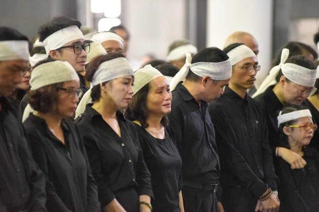 Vợ nhạc sĩ Thế Song, bà Nguyễn Thị Thanh cùng các con cháu nghẹn ngào trong lễ tang
