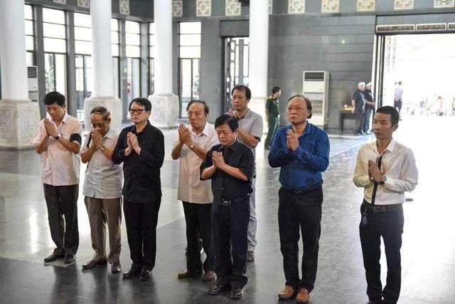 Nhạc sĩ Đỗ Hồng Quân, Chủ tịch Hội Nhạc sĩ Việt Nam dẫn đoàn nhạc sĩ đến nói lời từ biệt với người nhạc sĩ hiền lành, đáng kính trọng.