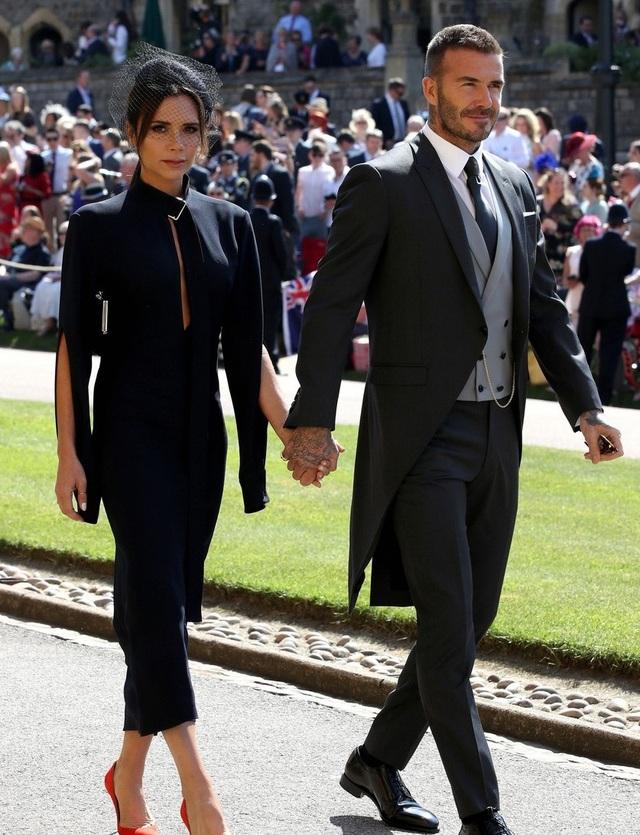 Trong khi chồng trẻ trung, phong độ và tươi tắn thì Victoria mang khuôn mặt đau khổ tới dự đám cưới hoàng gia.
