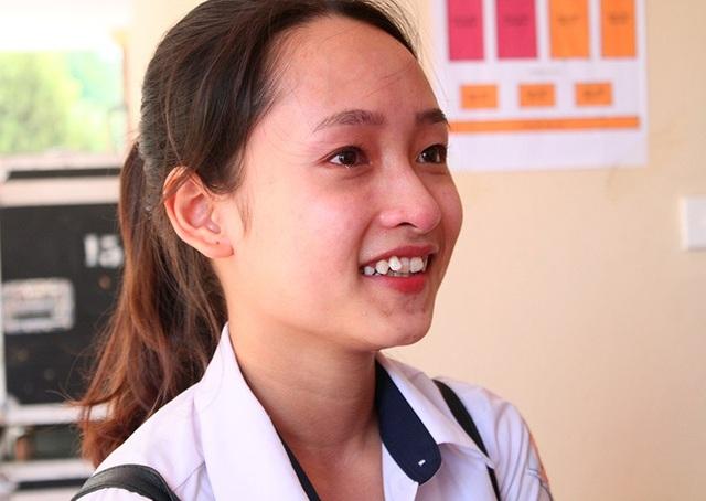 Nụ cười nghị lực vươn lên của nữ sinh mồ côi cha Nguyễn Thu Hằng