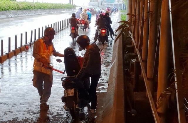 Người dân sẽ được phát áo mưa miễn phí khi qua hầm Thủ Thiêm khi trời đổ mưa.