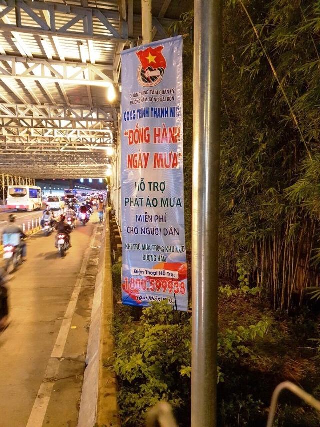 """Công trình với tên gọi """"Đồng hành ngày mưa"""" do Đoàn Trung tâm Quản lý đường hầm sông Sài Gòn (Sở GTVT TPHCM) thực hiện từ tháng đầu tháng 5/2018 kéo dài đến cuối tháng 11/2018."""