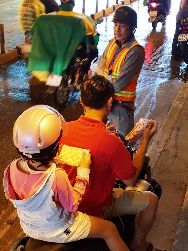Người dân lưu thông qua hầm Thủ Thiêm được phát áo mưa miễn phí - 3