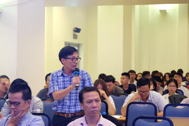 Sinh viên Đà Nẵng đặt nhiều câu hỏi đến các diễn giả về những thuận lợi, khó khăn trên con đường đi đến thành công của một startup trẻ.