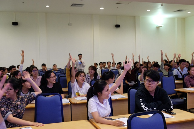 Hàng trăm sinh viên đến từ các trường đại học, cao đẳng ở Đà Nẵng tham dự buổi giao lưu, lắng nghe các thông tin, kinh nghiệm thực tế thiết thực từ các diễn giả