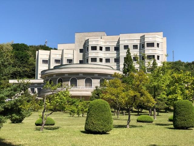 Khi Triều Tiên tháo dỡ bãi thử hạt nhân Punggye-ri, nước này đã mời các phóng viên quốc tế tới để tác nghiệp. Nhà báo Igor Zhdanov của hãng RT đã có cơ hội được trải nghiệm khu nghỉ dưỡng sang trọng ở thành phố cảng Wonsan mà Triều Tiên đã bố trí để tiếp đón các nhà báo nước ngoài.