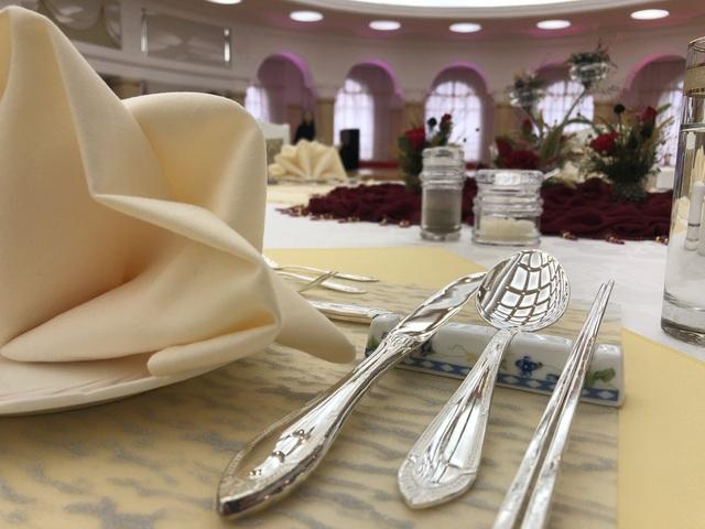 Bộ dao dĩa ăn làm bằng bạc cho thấy đây không phải là một cách sạn bình thường. Zhdanov nói anh và các đồng nghiệp được tiếp đãi rất tốt và thậm chí các nhân viên ở đây coi các khách mời như anh giống các thành viên hoàng gia.